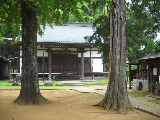「銅造不動明王立像」が安置されている本堂