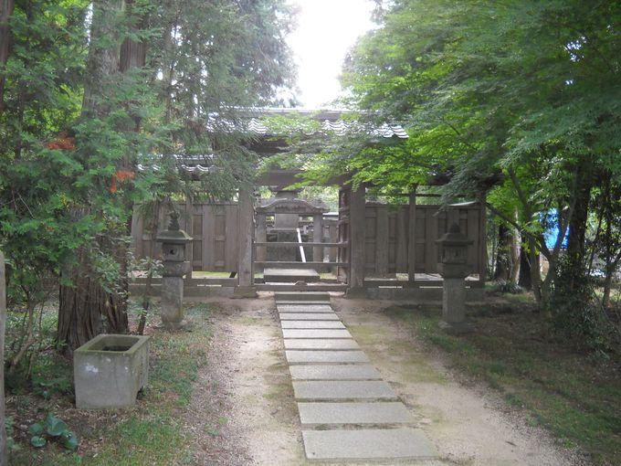 本堂の左奥にある「千姫御廟」