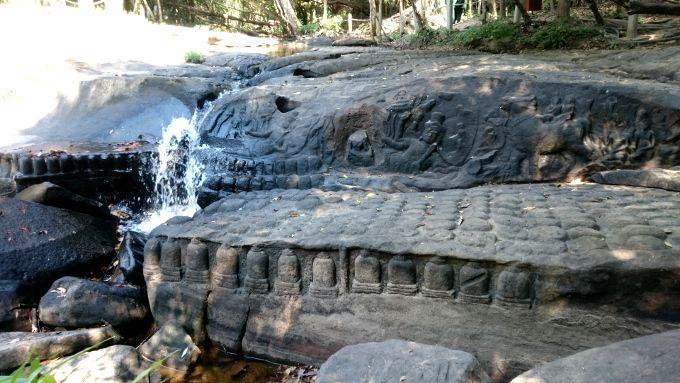 川沿いや水底に1000年前の彫刻が!