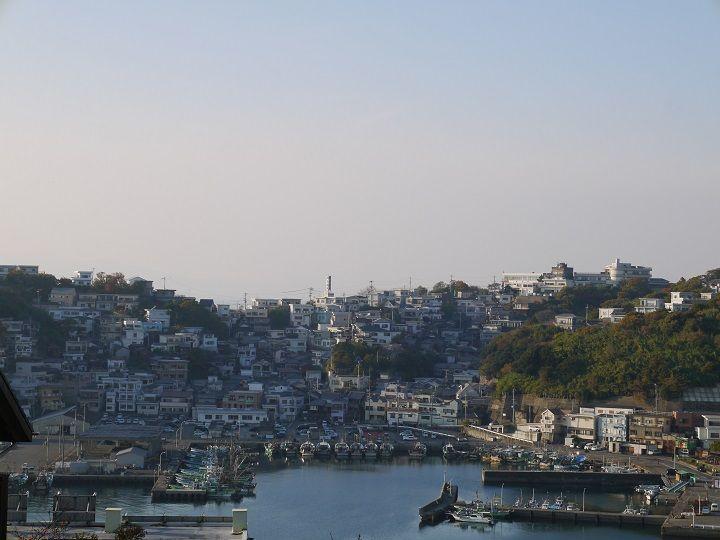港を見下ろして建つ断崖の集落