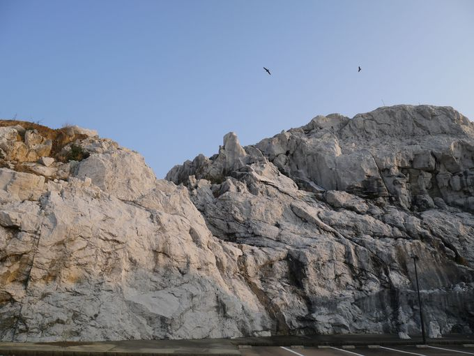 エーゲ海!?突如現れる真っ白な岩の山
