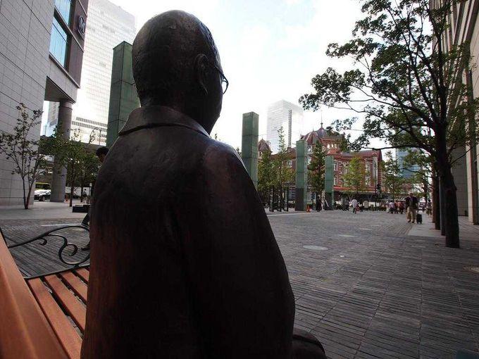 東京駅をまっすぐ見つめるこのお方