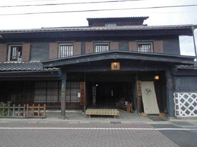 古い町並みの残る信濃大町駅前商店街