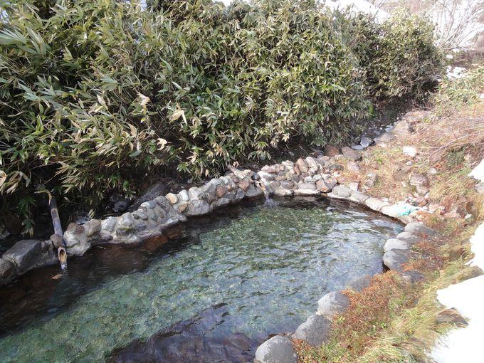 湧き出す温泉の川を堰き止めてつくった露天風呂