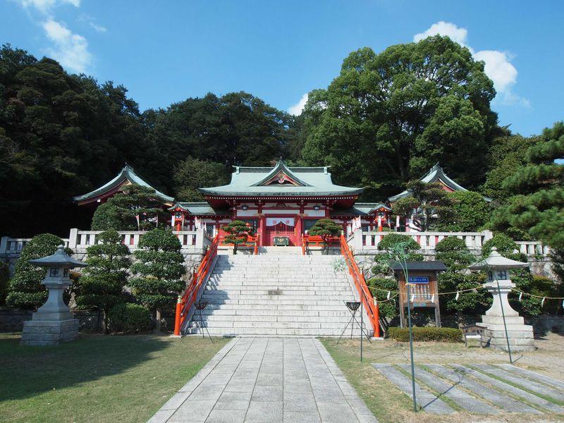 緑に映える朱塗りの社殿 織姫神社