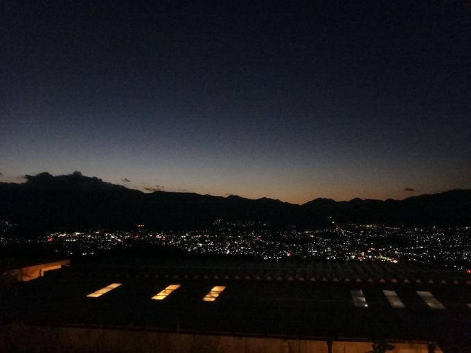 きらめく夜景と満天の星空