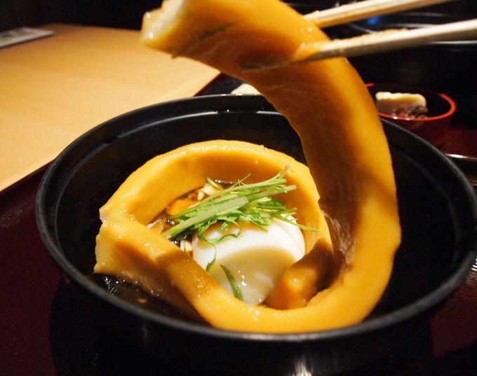 美食家も満足の老舗の味をお手軽に味わえるフードコート