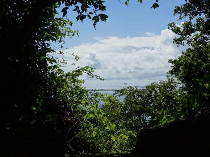 二ライカナイの神の島・久高島を望む