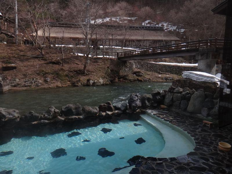 お殿様も文人も愛した大沢温泉 昔話の一場面のような昔ながらのいで湯に浸かる