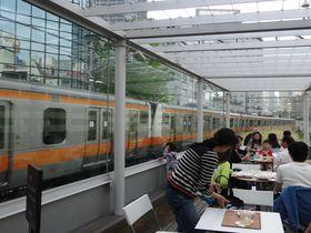 電車が目の前すれすれを通るカフェ「N3331」神田旧万世橋駅