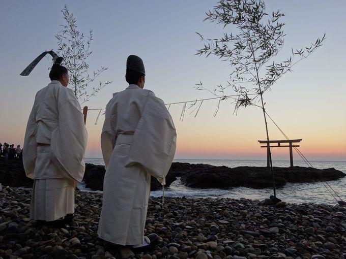 神磯鳥居の前で神職と共に静かに待つ初日の出