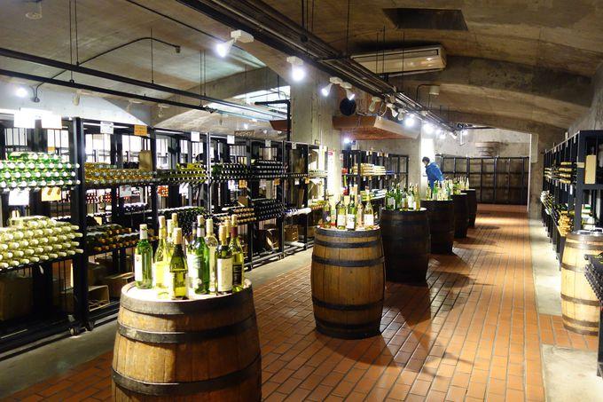 29社200銘柄の甲州ワインが勢揃いするカーブ