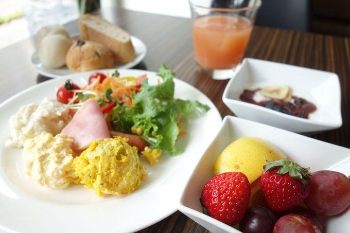 フルーツと新鮮野菜中心の朝食ビュッフェ
