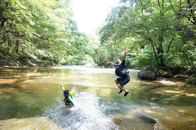 【遊び方その2】ところどころ出現する天然プールにジャンプ!!