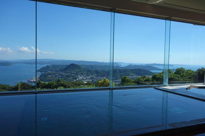 青い海に浮かぶ九十九島の島々を見下ろす展望風呂「彩海」