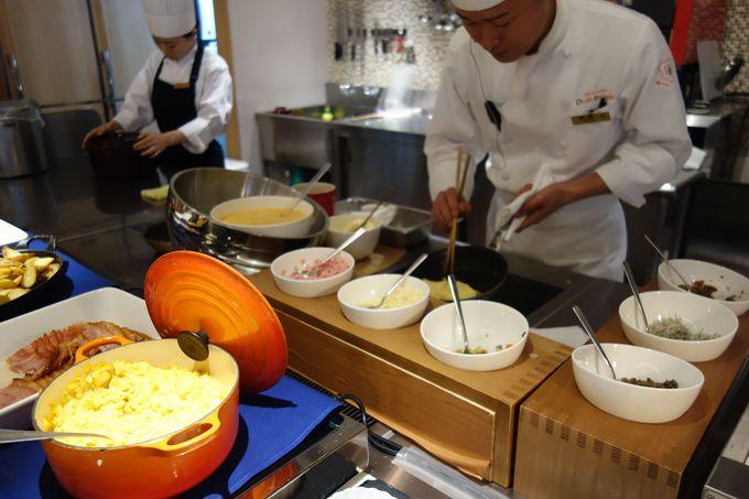 朝食は、オープンキッチンスタイルの出来立てのオムレツを