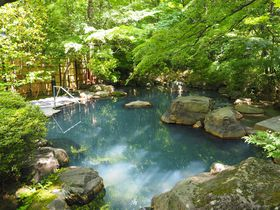「那須温泉 山楽」で緑に染まる露天風呂と美食を楽しむ