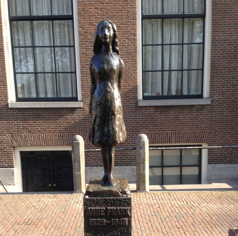 アンネの像