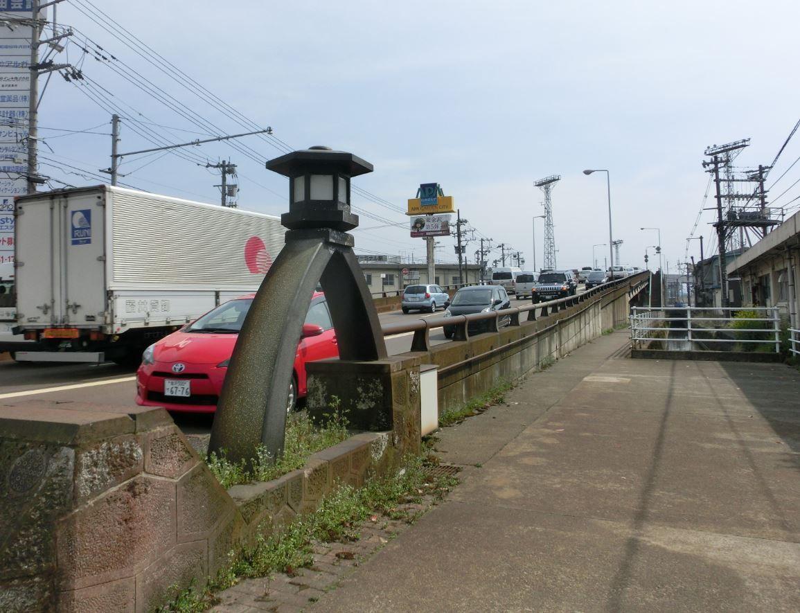 大きな琴柱燈籠が目印の「乙丸陸橋」