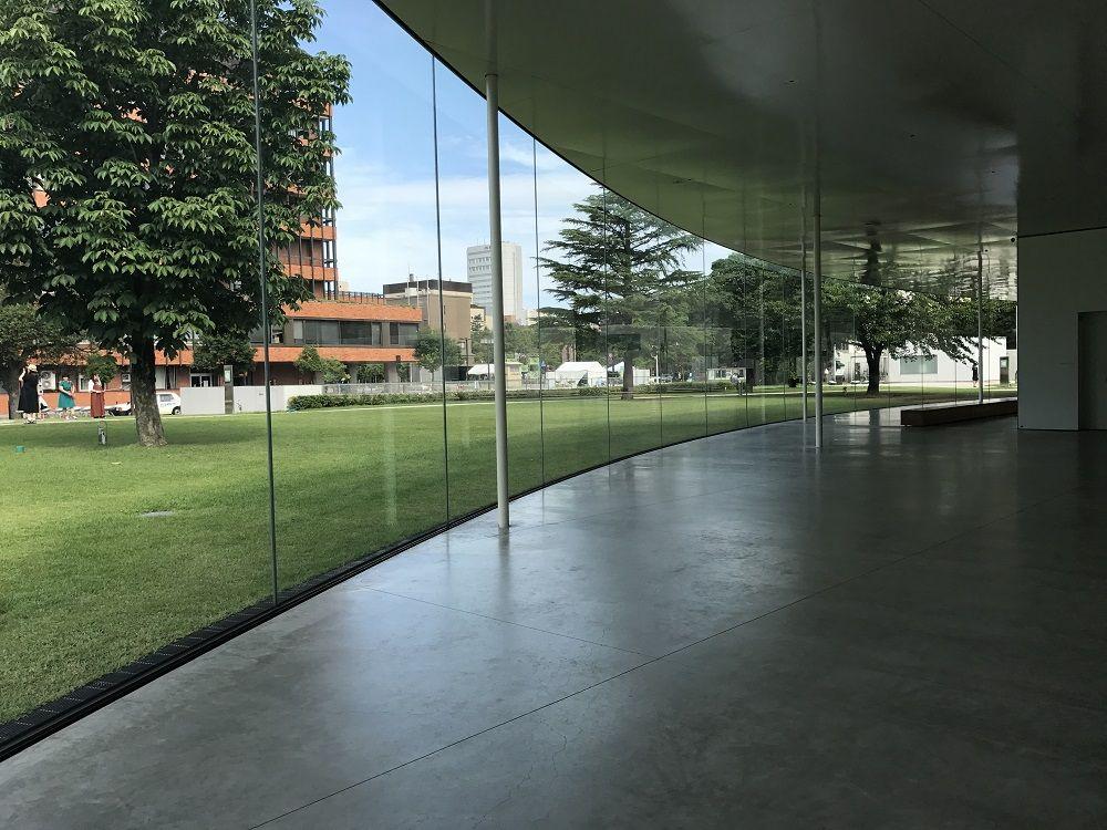 ガラスの外観に、ガラスのような透け感の椅子