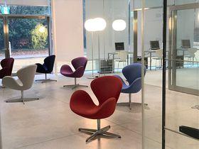 座っても美術鑑賞!「金沢21世紀美術館」無料の交流ゾーンで「椅子」めぐり