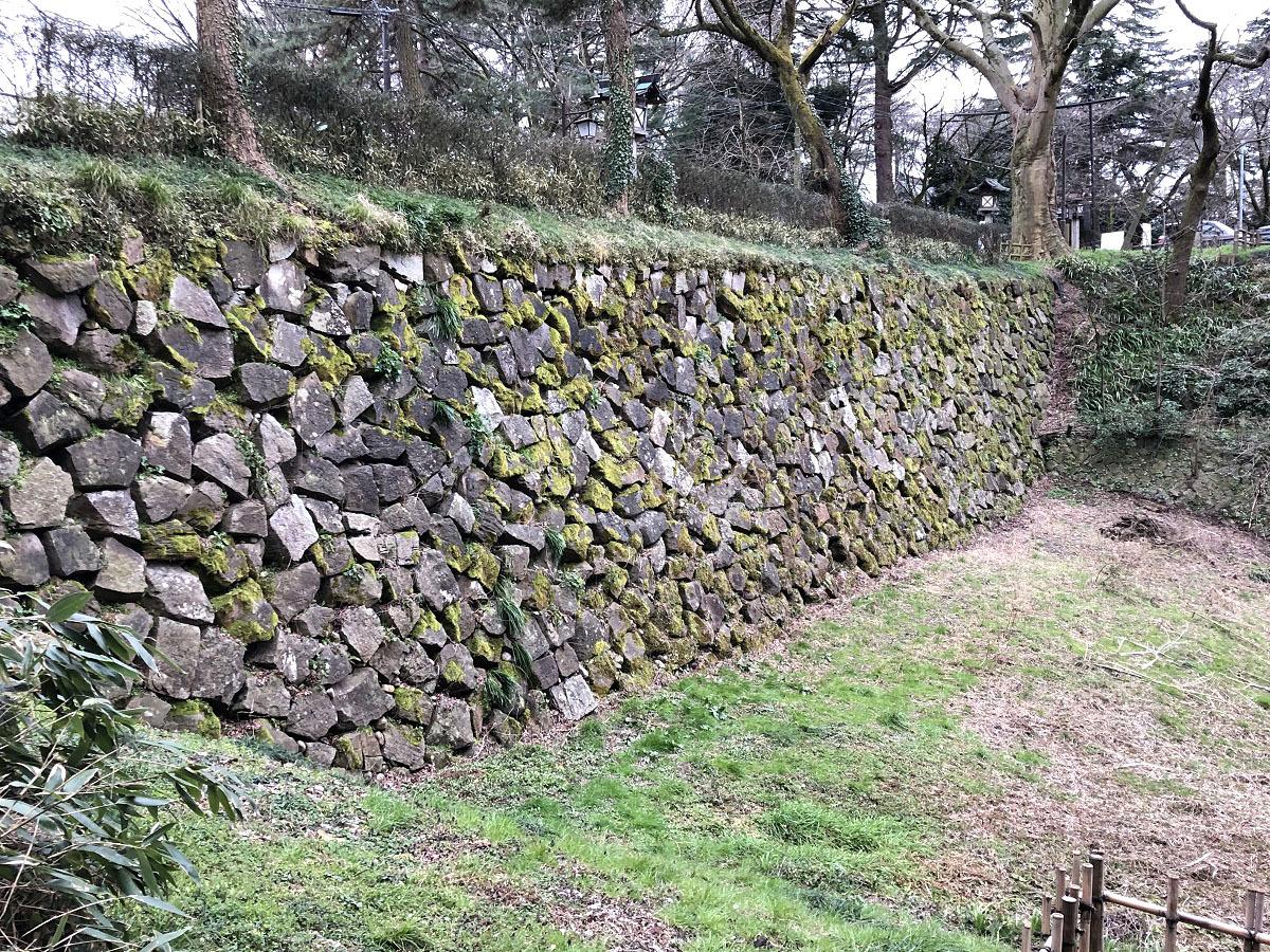 築城時の石垣も現存!