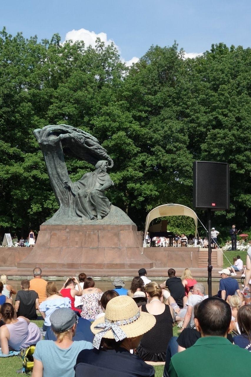 有名なショパン像の横でピアノ演奏