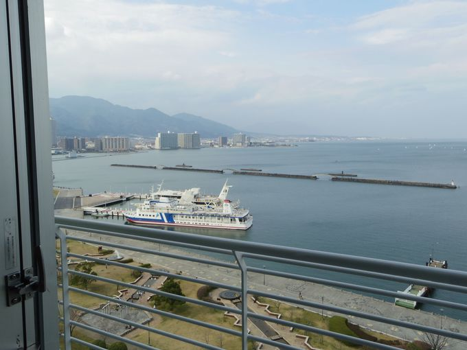 バルコニーから眺める琵琶湖、大津港。