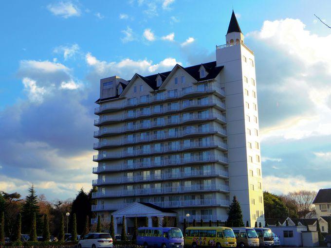 東条湖、湖畔にそびえる真っ白なホテル。