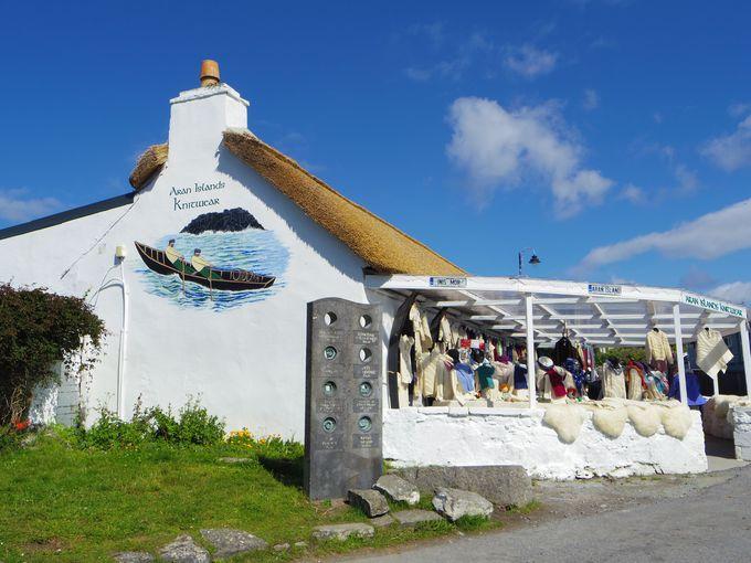 小さな島の小さな村にお土産屋、お店も充実!