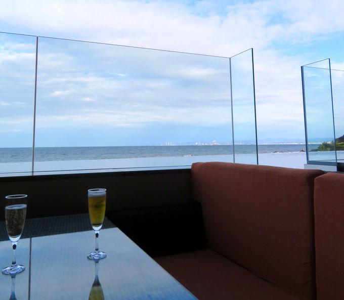 目の前がすぐ海!新設のフロント&バー
