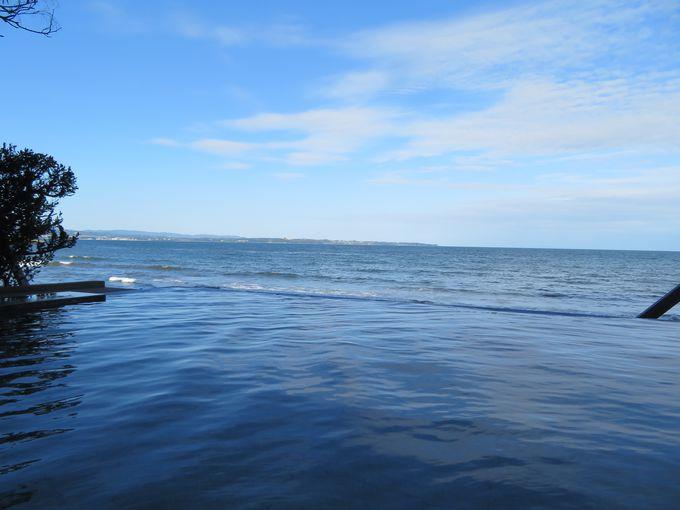 水平線と一体になる露天風呂「潮騒の湯」