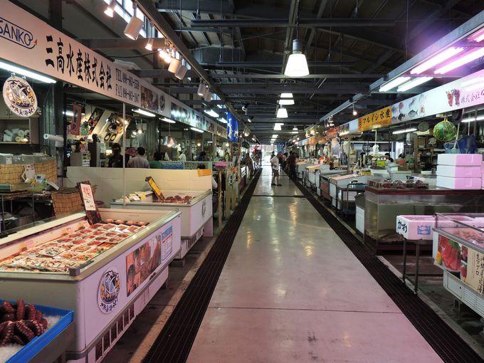 マグロ専門店が営む市場の中の食事処「丼すし まぐろや本舗」