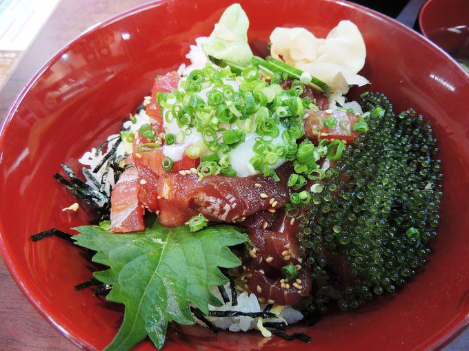 マグロ丼、お椀、小鉢がセットで500円〜