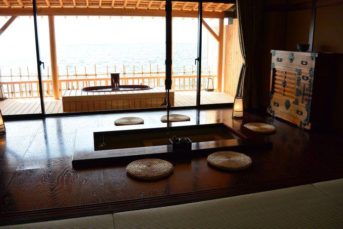海に面した広い客室に露天風呂が付いている