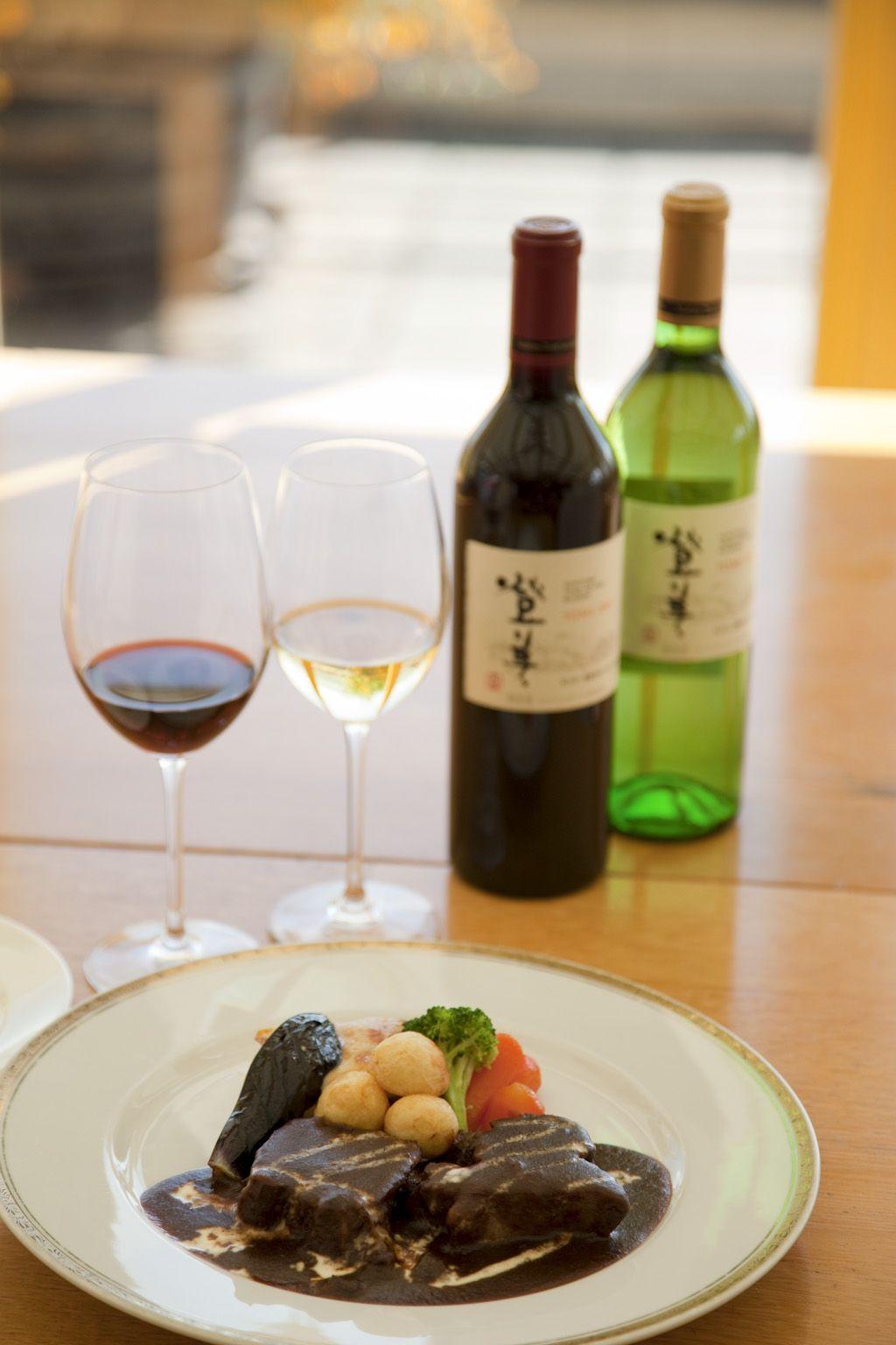 見晴らしのいいダイニングで地元食材とワインを味わう