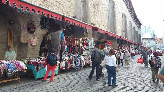 中世からの城壁に沿ってニットの露店が並ぶ「セーターの壁」