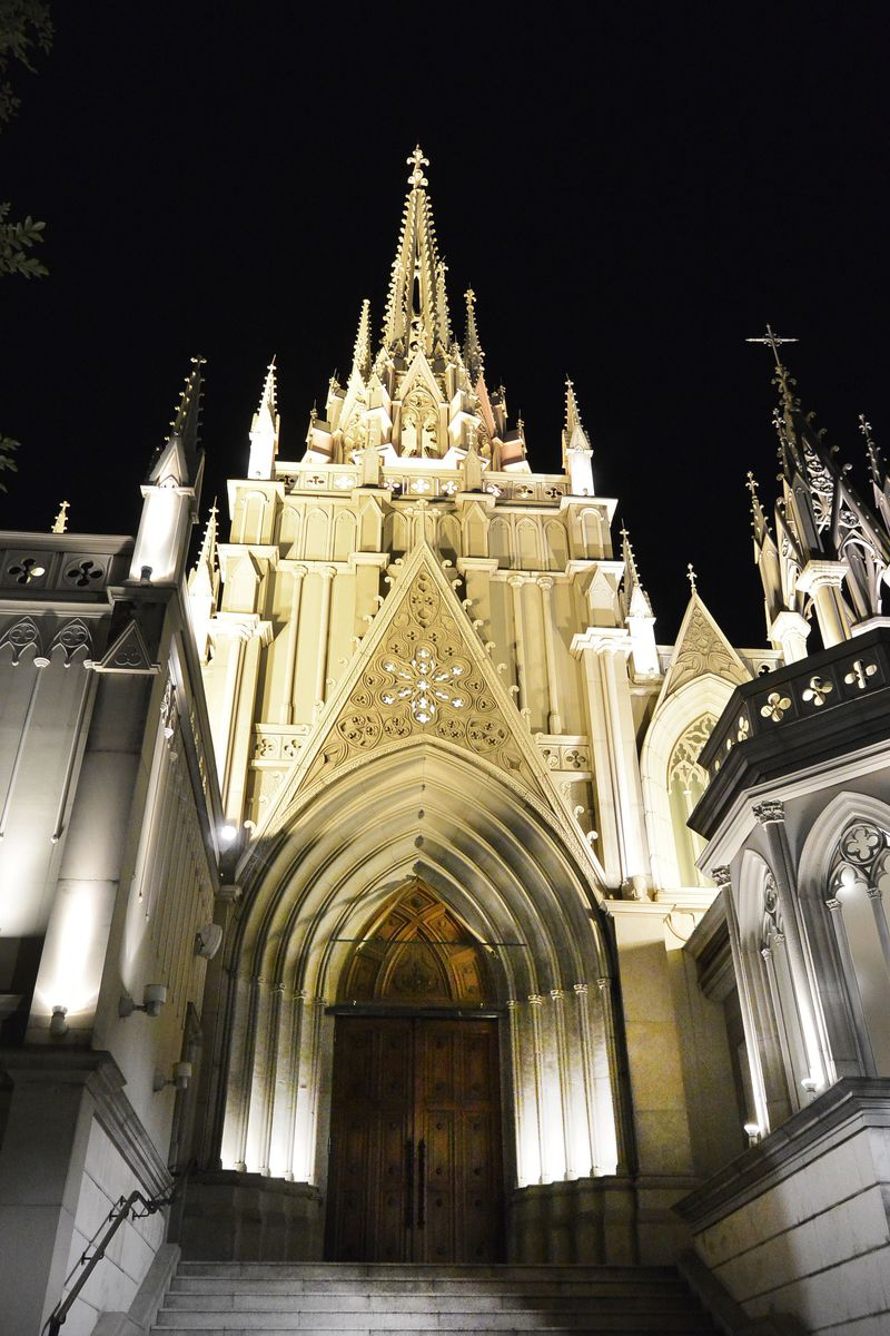 恋人たちの聖地「青山セントグレース大聖堂」の一角に誕生したバー&レストランで味わう非日常の世界!!