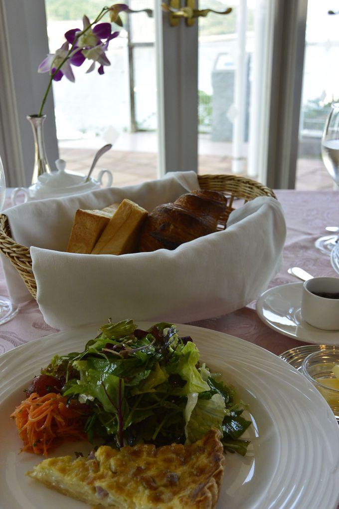 一品ずつサービスされる朝食も優雅