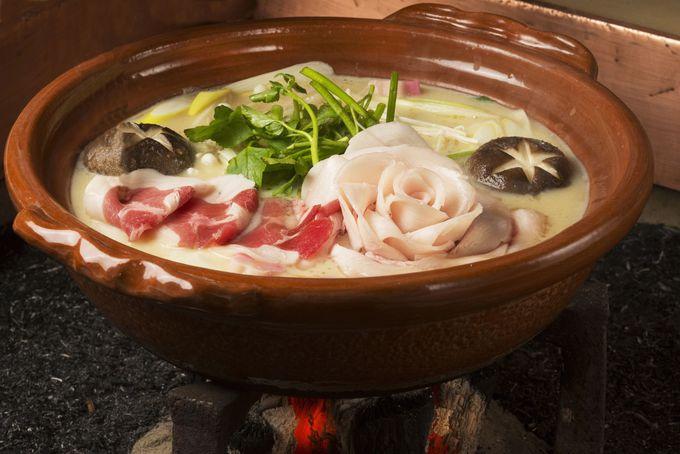 白味噌仕立ての出汁でいただく「畑かく」のぼたん鍋