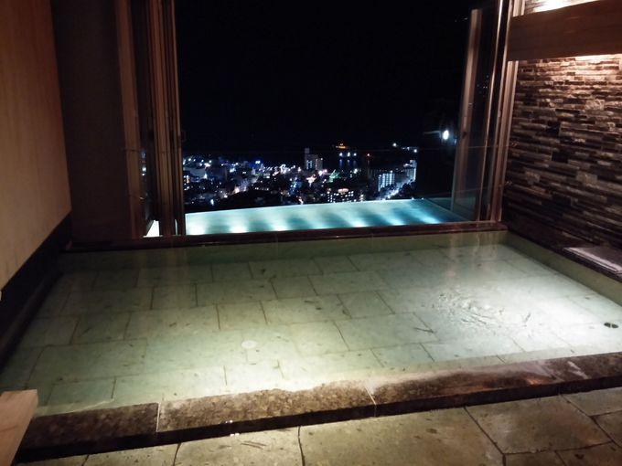街の夜景と海を見晴らす露天風呂風の温泉が気持ちいい