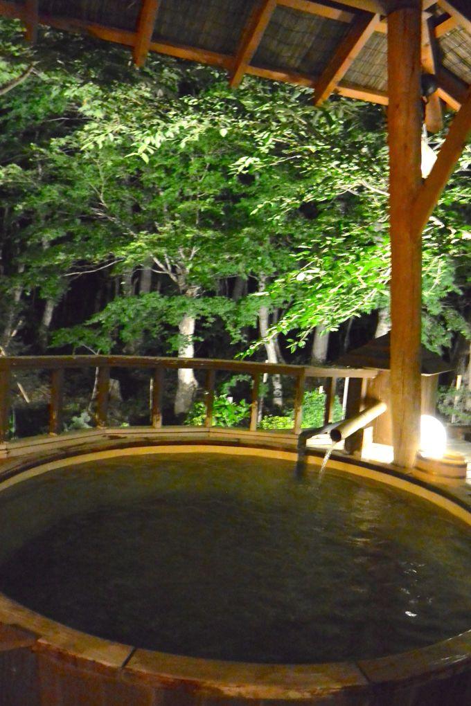 露天風呂の寝湯に浸かりながら、空を見上げる心地よさを満喫
