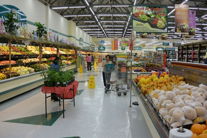 初日はローカル御用達のスーパーマーケットへ