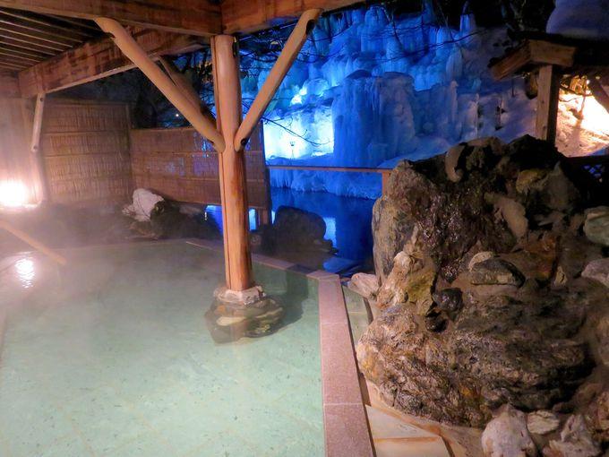 源泉かけ流しの露天風呂で雪見を楽しむ