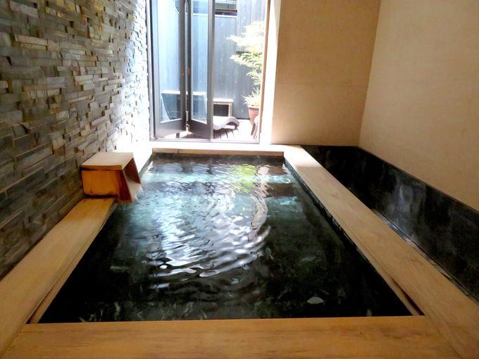 広い半露天風呂付き客室で気分を解放