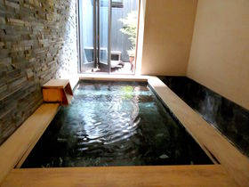 客室半露天風呂が広い!「東道後のそらともり」泊まれるスーパー銭湯