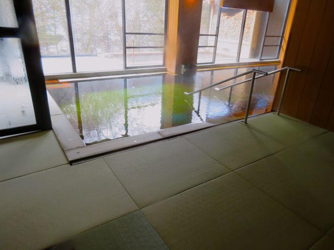 畳敷の内湯や開放感たっぷりの露天風呂