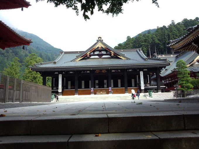 身延山久遠寺の本堂を参拝
