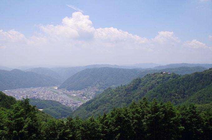 備中松山城展望台では場所を譲り合って眺めよう