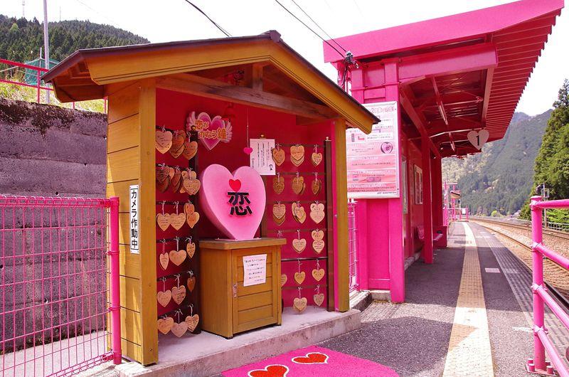 恋の待合所も登場「恋がかなう」恋山形駅、鳥取県山中のピンクの駅